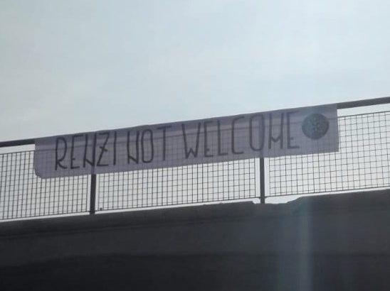 """FERRARA, CON UNO STRISCIONE ELOQUENTE: """"RENZI NOT WELCOME """"!"""