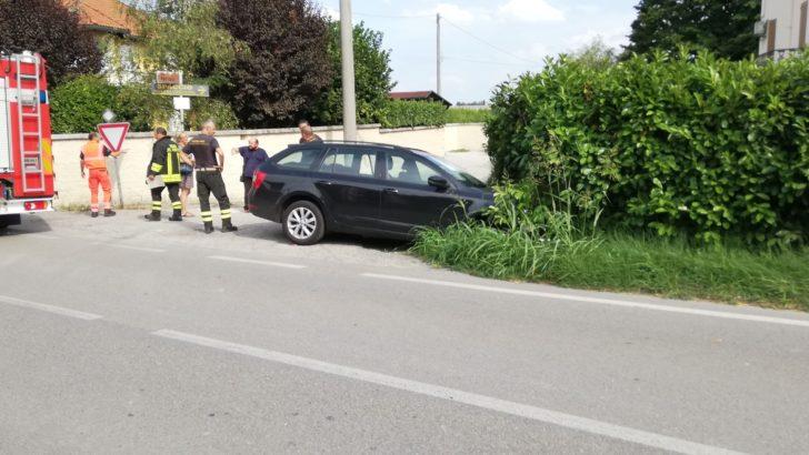 RENAZZO DI CENTO (FE) INCIDENTE NEL POMERIGGIO UN AUTO PERDE IL CONTROLLO E FUORIESCE DALLA SEDE STRADALE !